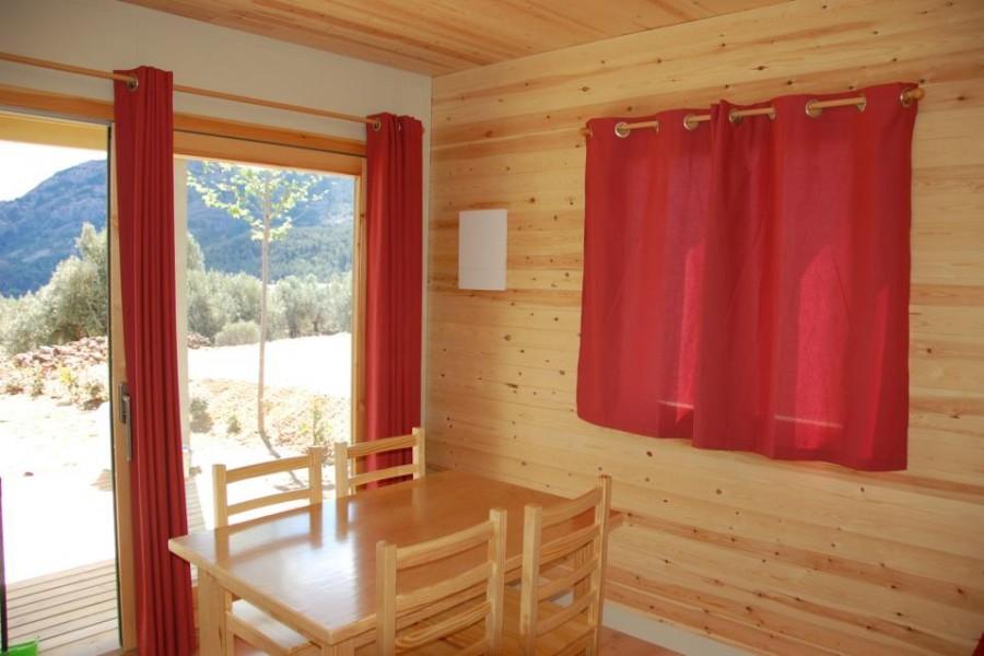 Menjador-amb-vistes-del-bungalow-agulla-del-Càmping-Terra-Alta-900x600